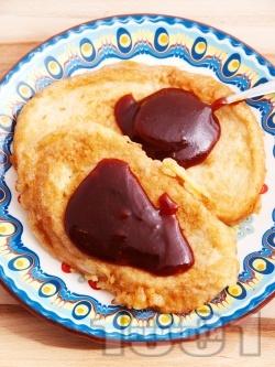 Пържени филийки с вода и яйца, намазани с шипков мармалад - снимка на рецептата